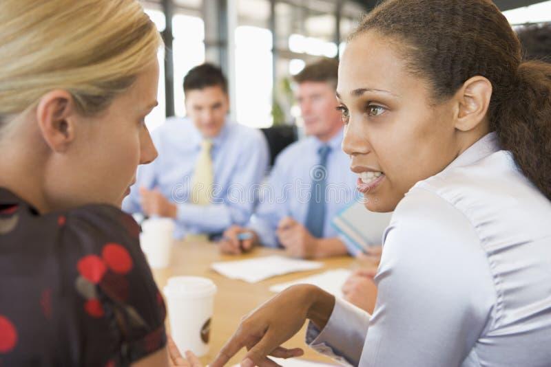 Femmes d'affaires parlant entre eux au cours du contact photos libres de droits