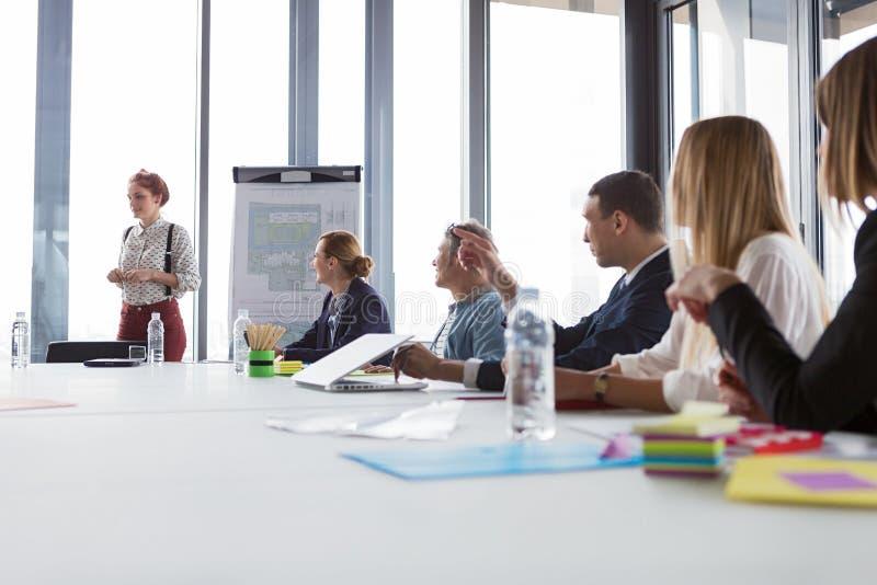 Femmes d'affaires présent le projet lors de la réunion photographie stock