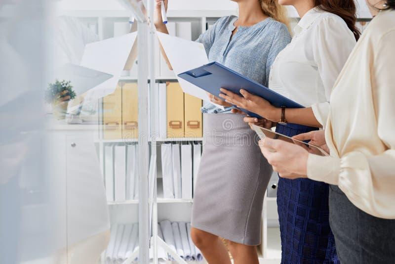 Femmes d'affaires prévoyant le travail photographie stock libre de droits