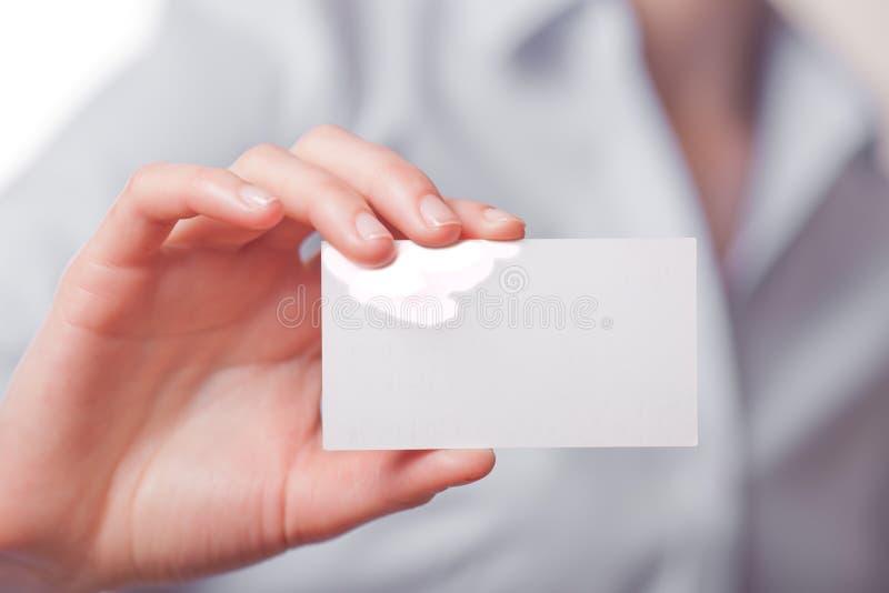 Femmes d'affaires remettant une carte de visite professionnelle de visite photos libres de droits
