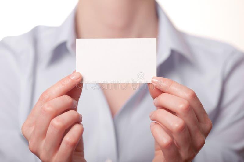 Femmes d'affaires remettant une carte de visite professionnelle de visite photos stock