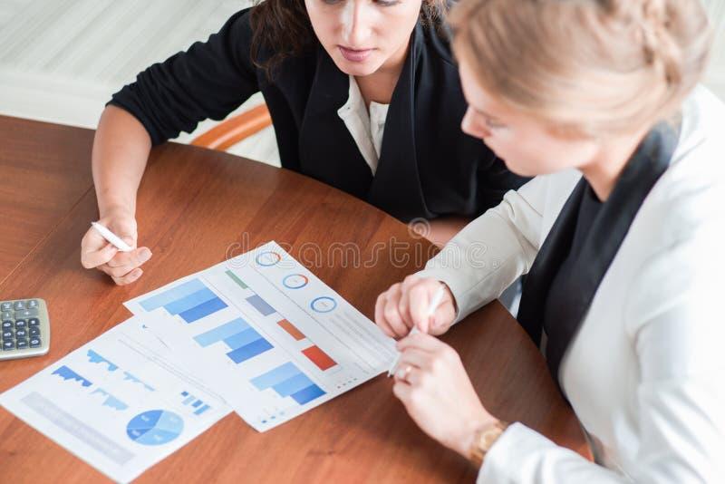 Femmes d'affaires se dirigeant aux diagrammes image libre de droits