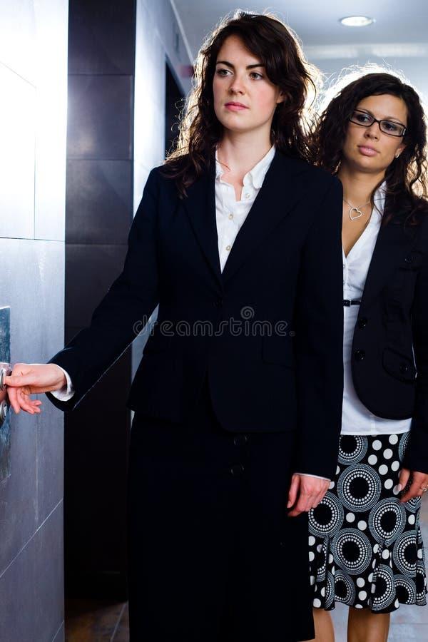 Femmes d'affaires se serrant la main images libres de droits