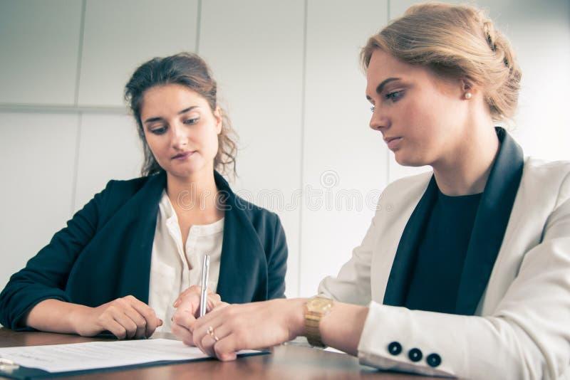 Femmes d'affaires signant le contrat photos libres de droits