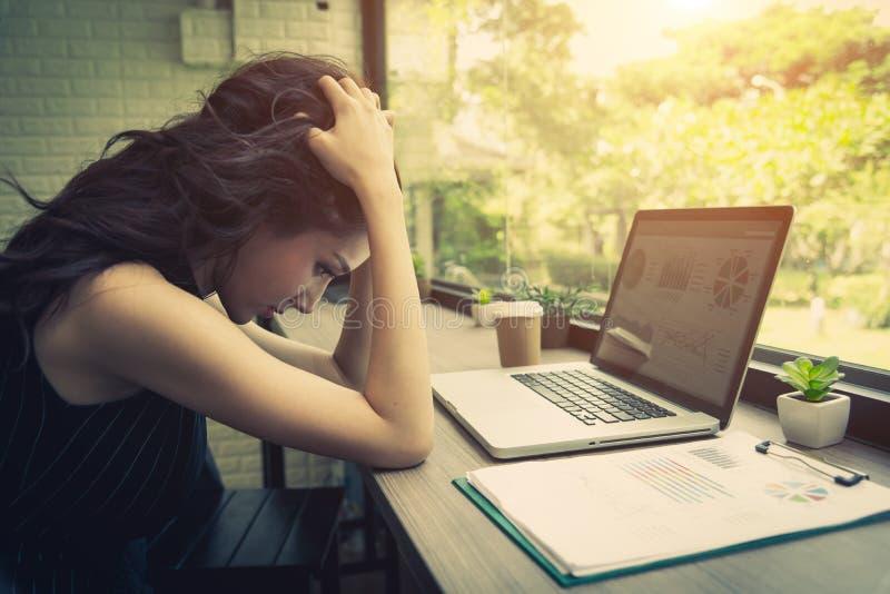Femmes d'affaires soumises à une contrainte du travail Technologie et mode de vie image stock