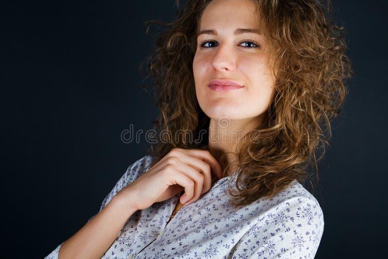 Femmes d'affaires sur le fond noir photos libres de droits