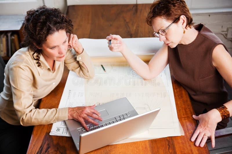 Femmes d'affaires travaillantes photographie stock