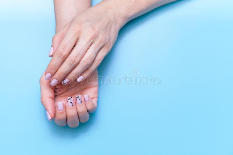 Femmes d'art de main de mode, main avec le maquillage lumineux de contraste et beaux ongles, soin de main Fille créative de photo image stock