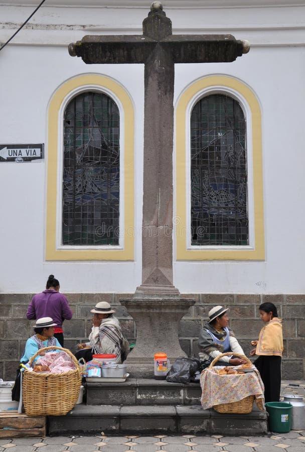 Femmes d'Ecuadorian vendant la nourriture image stock