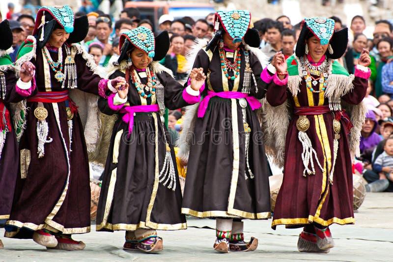 Femmes dans des vêtements tibétains exécutant la danse folklorique image libre de droits