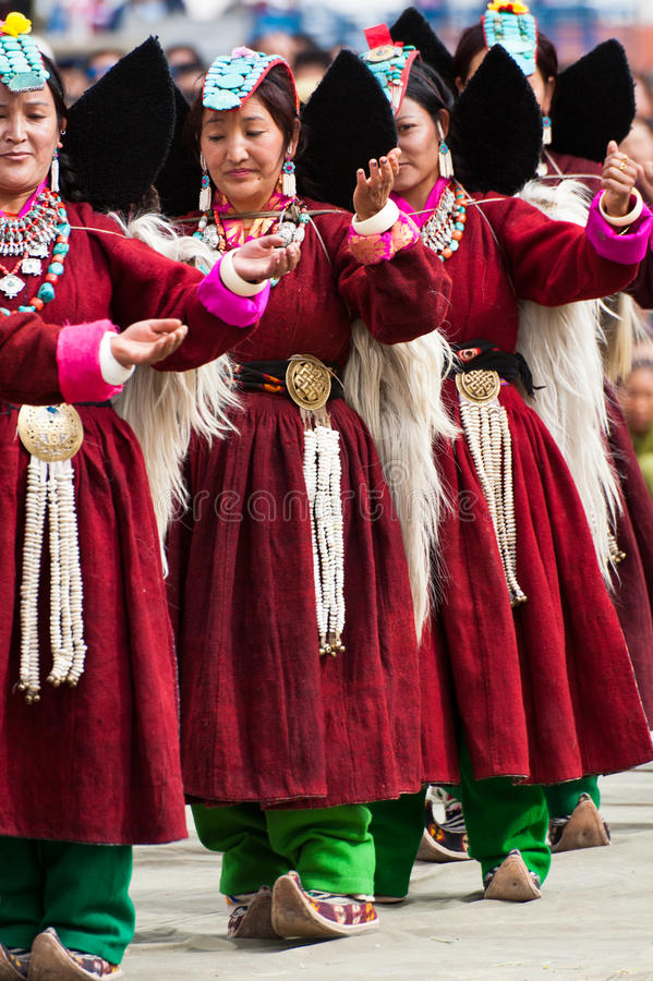 Femmes dans des vêtements tibétains exécutant la danse folklorique images libres de droits