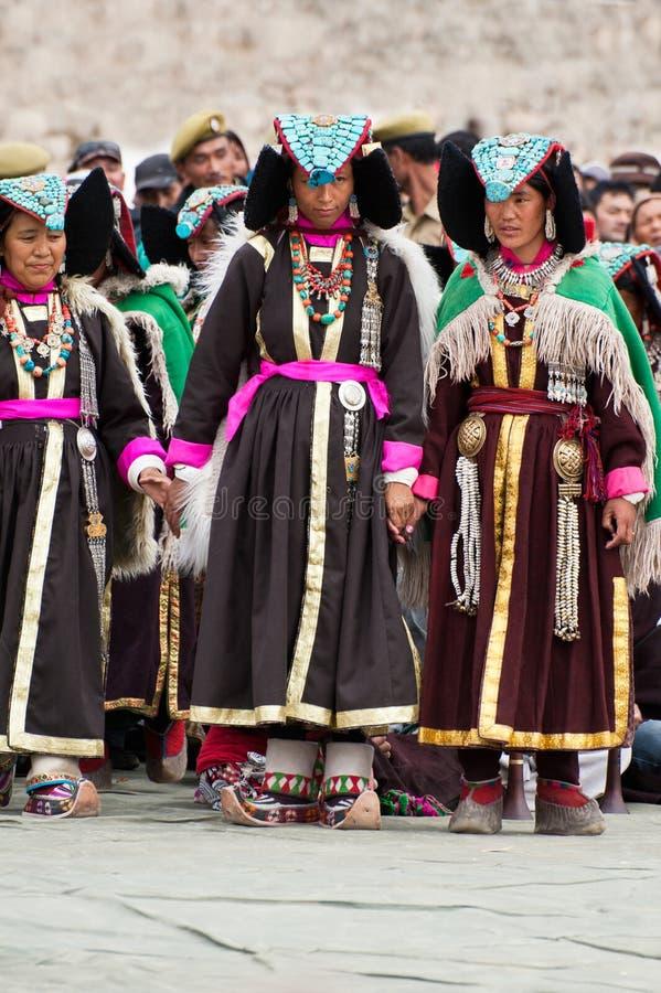 Femmes dans des vêtements tibétains exécutant la danse folklorique photo stock