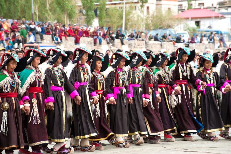 Femmes dans des vêtements tibétains exécutant la danse folklorique photos stock
