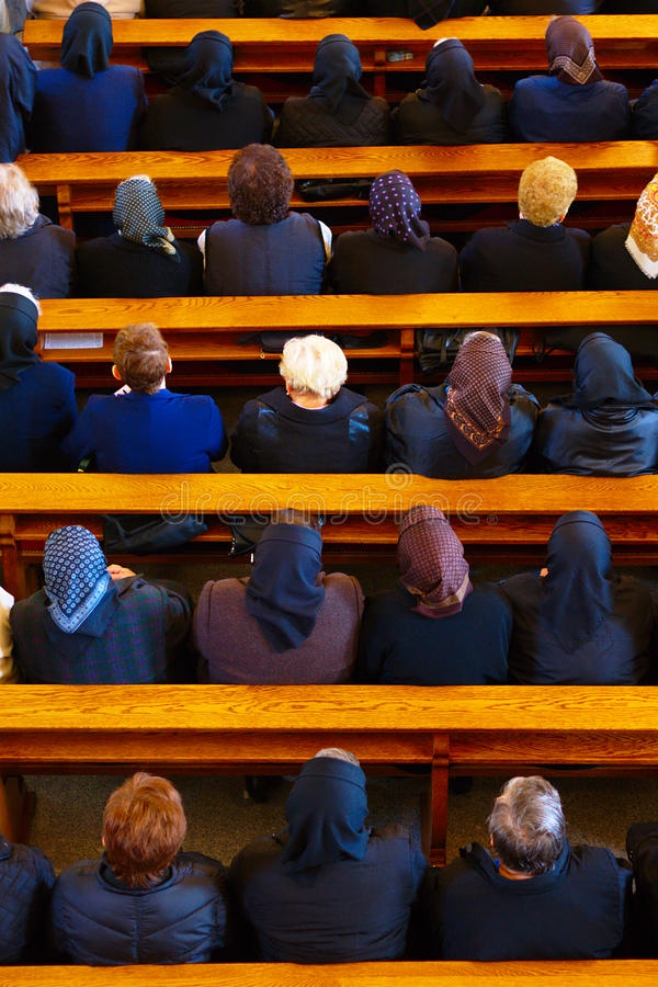 Femmes dans l'église photos stock