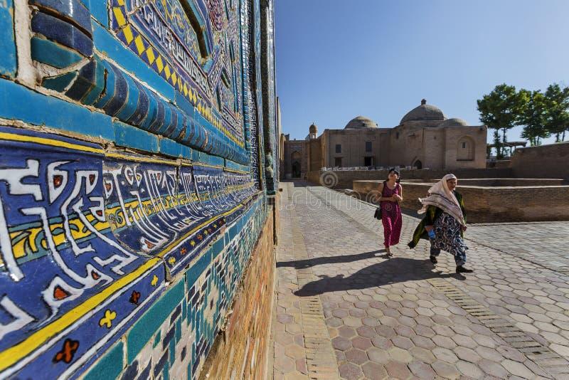 Femmes dans la nécropole de Shakhi Zinda, à Samarkand, l'Ouzbékistan photos stock