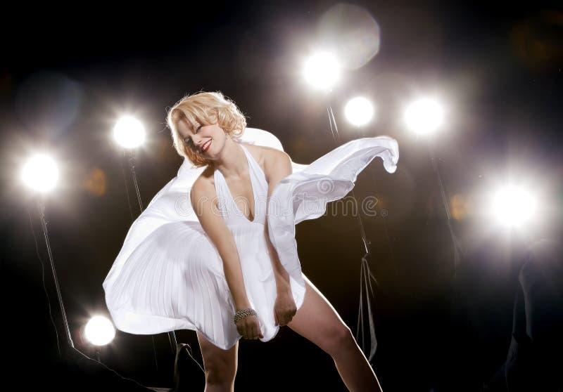 Femmes dans la robe blanche images libres de droits