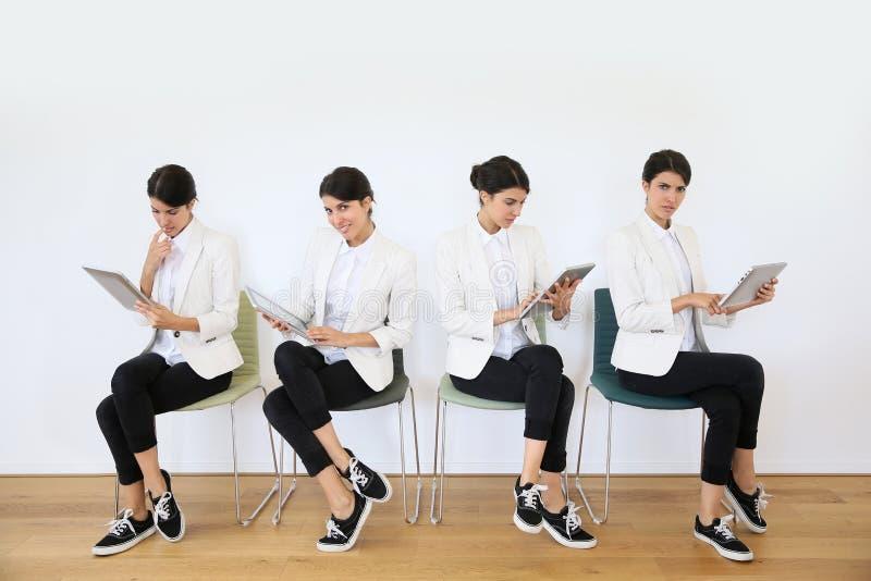Femmes dans la salle d'attente utilisant le comprimé photos libres de droits