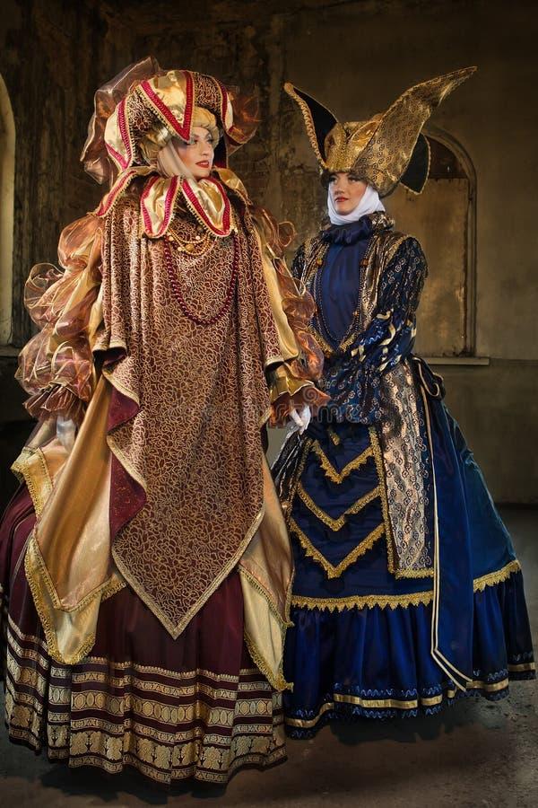 Femmes dans le costume médiéval images stock