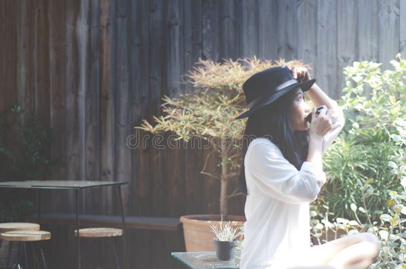 Femmes dans le jardin dans le café potable de matin images stock