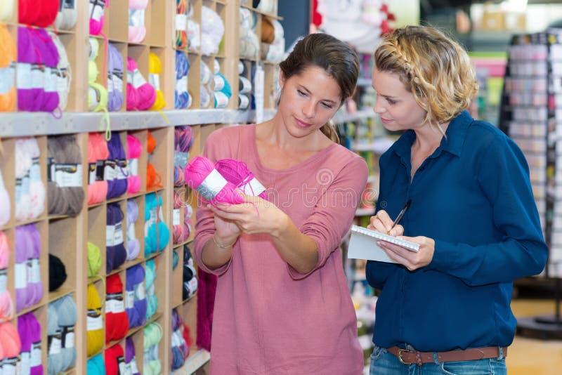 Femmes dans le magasin de fil photographie stock libre de droits