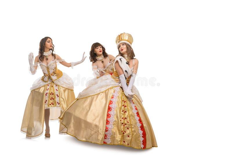 Femmes dans le tir d'isolement longues par robes de reine photos libres de droits