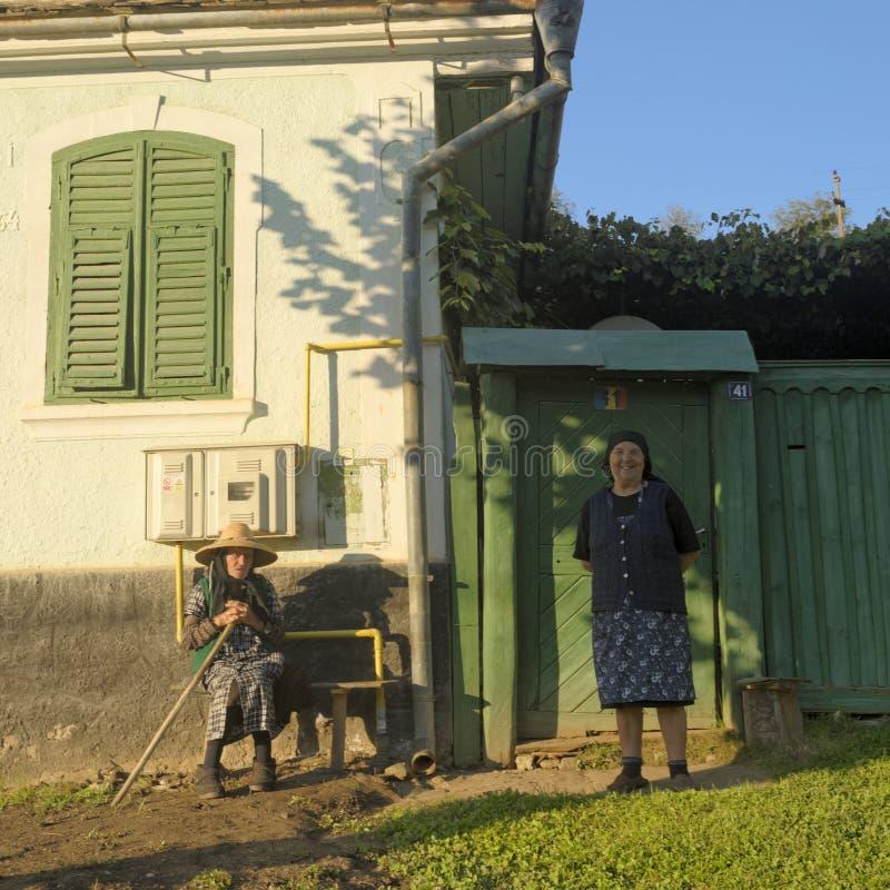 Femmes dans le village de Saxon de la jument de Copsa image libre de droits