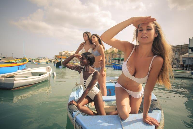 Femmes dans un bateau images libres de droits