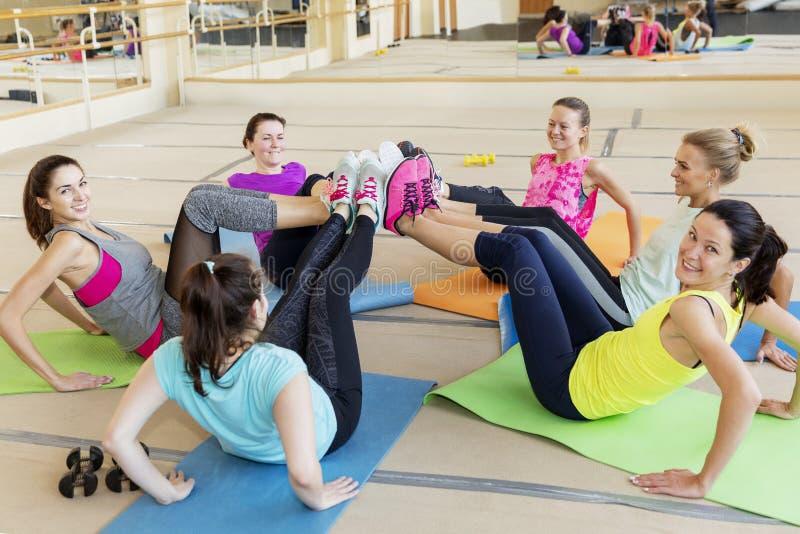 Femmes dans une séance d'entraînement de groupe dans la salle de forme physique photographie stock libre de droits