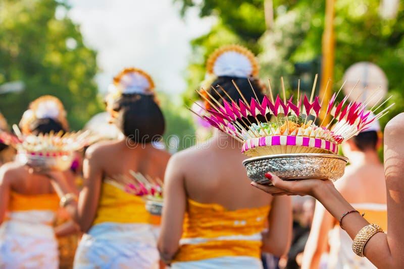 Femmes de Balinese avec l'offre religieuse photos stock