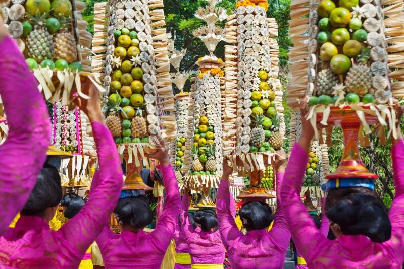 Femmes de Balinese dans des costumes traditionnels avec des offres pour la cérémonie photo stock