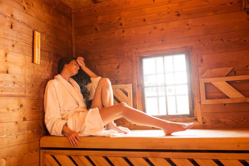 Femmes de beauté détendant dans le sauna image libre de droits