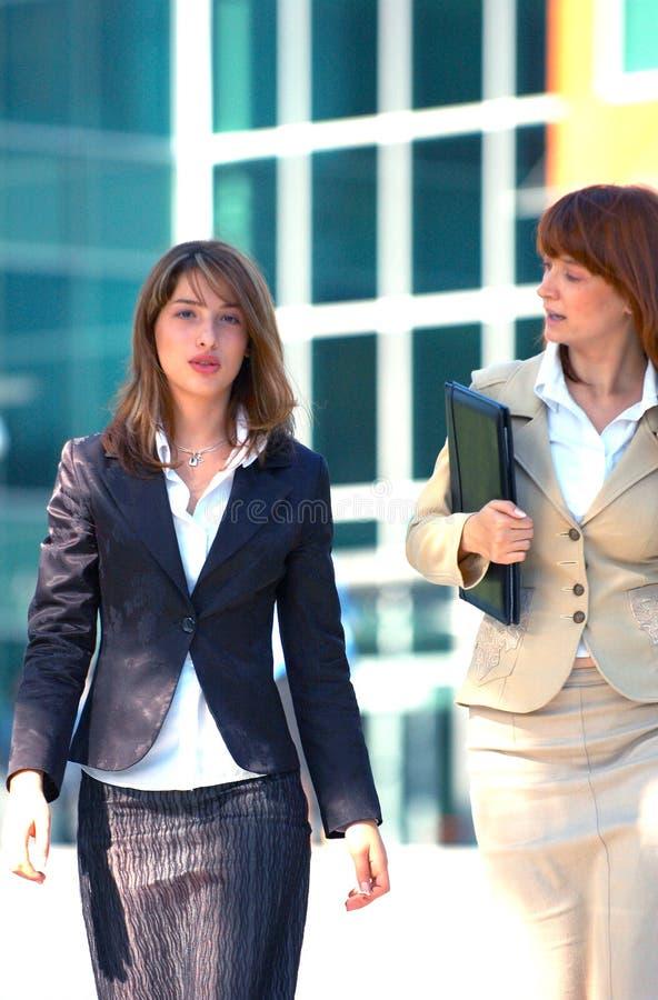 Femmes de campus d'affaires photos stock