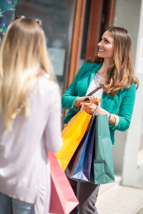 Femmes de client dans la rue d'achats regardant la fenêtre image stock
