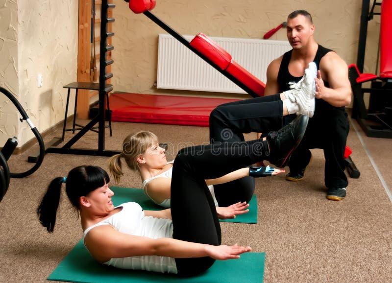 Femmes de club de forme physique avec l'avion-école photographie stock