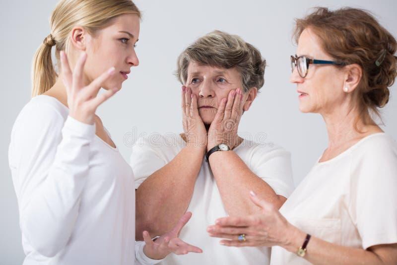 Femmes de famille parlant ensemble photos stock