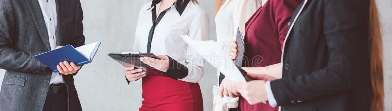 Femmes de formation d'affaires donnant des leçons particulières à la profession femelle images stock