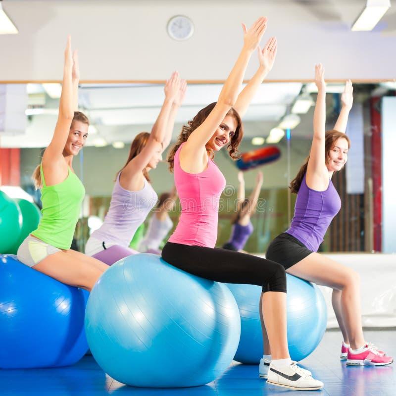 Femmes De Forme Physique De Gymnastique - Formation Et Séance D Entraînement Photographie stock libre de droits