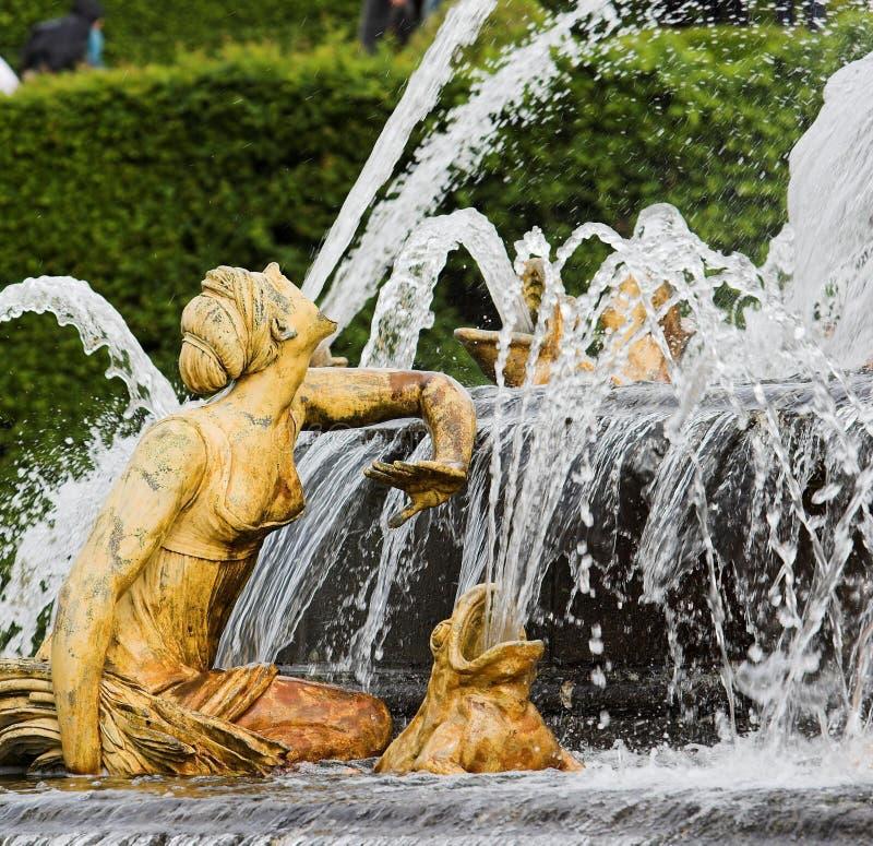 Femmes de Frances de fontaine de Versailles image libre de droits