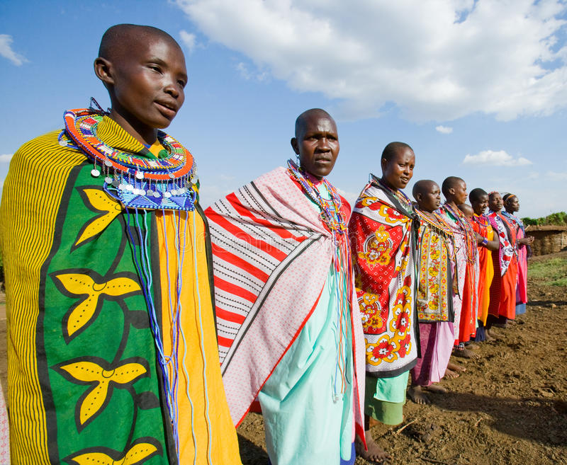 Femmes de Maasai chantant ensemble des chansons rituelles dans la robe traditionnelle images libres de droits