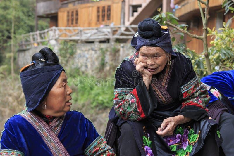 Femmes de Miao causant dans le village de Langde Miao, province de Guizhou, Chine photo stock