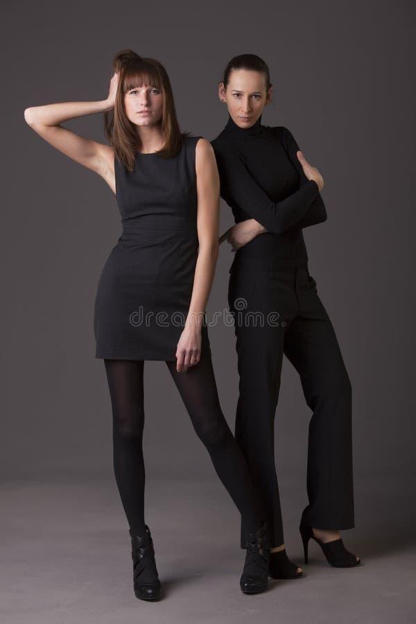 Femmes de mode dans le noir image stock