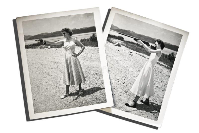 Femmes de photos de cru avec des canons images stock