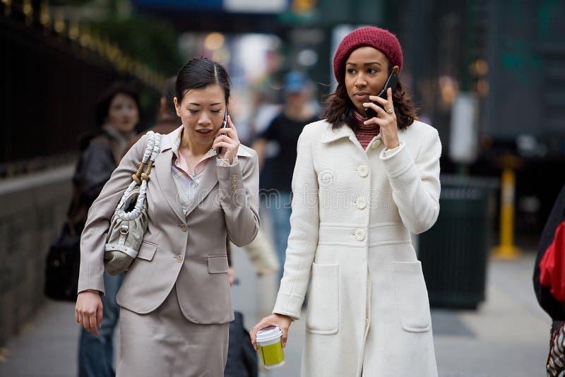 Femmes de secteur d'affaires de la téléphonie mobile photos stock