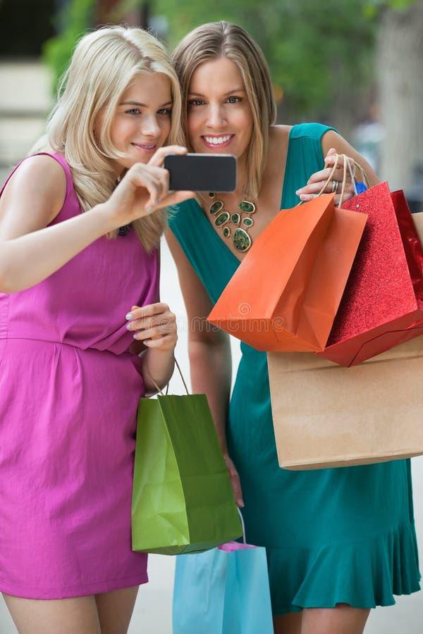 Femmes de Shopaholic prenant l'autoportrait image stock