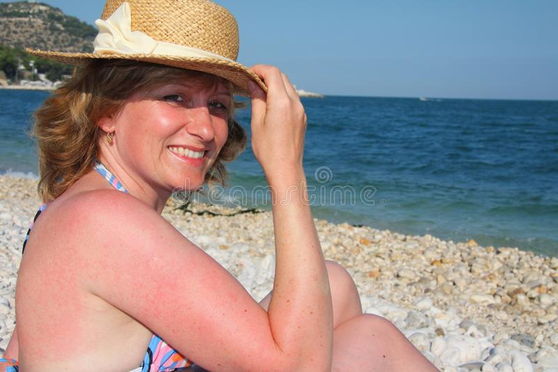 Femmes de sourire sur la plage image stock