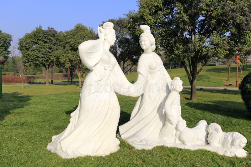 Femmes de Tang et statue d'enfant à la ville de xian, porcelaine image stock