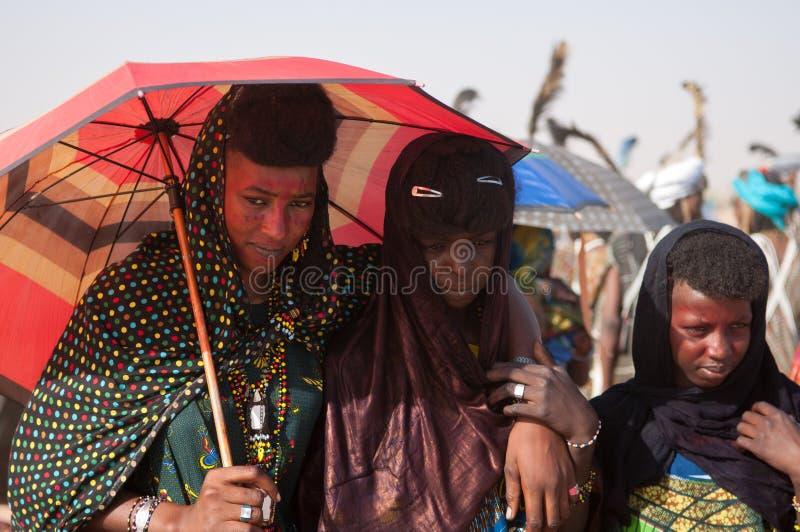 Femmes de Wodaabe pendant le traitement Salee, Niger images libres de droits