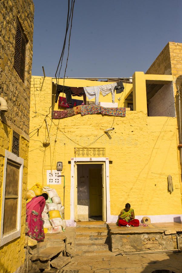 Femmes devant une maison image stock