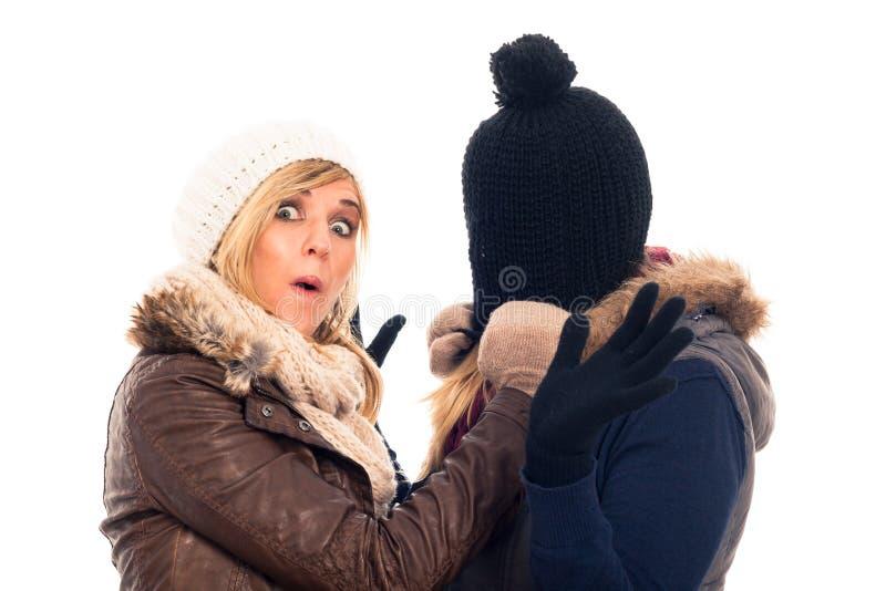 Femmes drôles dans des vêtements de l'hiver photographie stock libre de droits