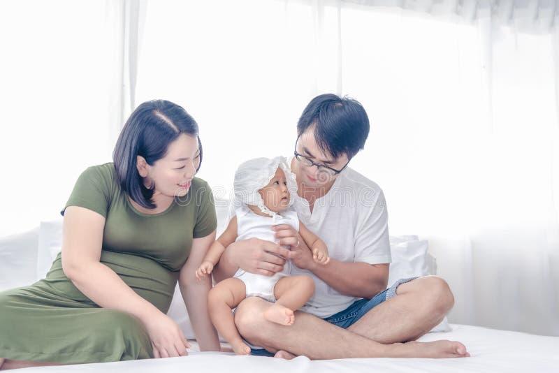 Femmes enceintes avec le mari et la première fille ayant un temps heureux ensemble Huit mois de femmes enceintes ayant un temps h photo libre de droits